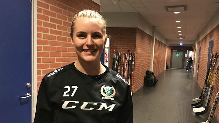 Färjestads lagkapten Julia Pettersson efter vinsten mot Leksand med 4-0. Foto: Daniel Viklund/ Sveriges Radio.