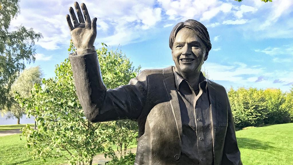 Statyn av Sven-Erik Magnusson. Foto: Mari Stenström/Sveriges Radio.