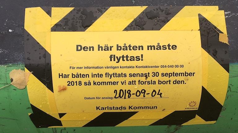 En skylt där det informeras att båten måste flyttas. Foto: Jenny Tibblin/Sveriges Radio.