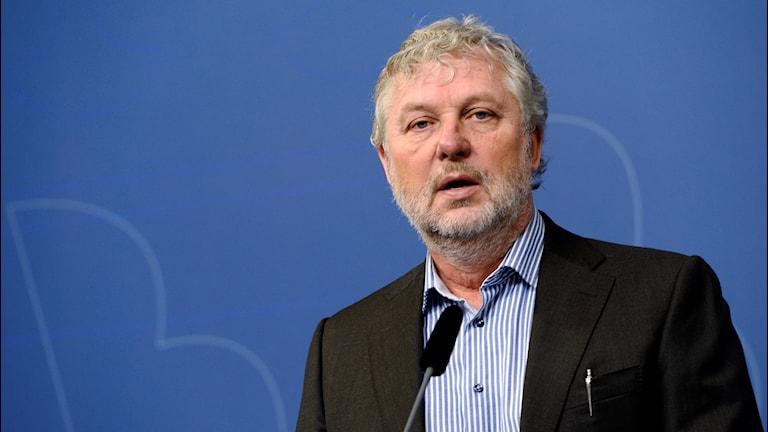 Peter Eriksson på en presskonferens.