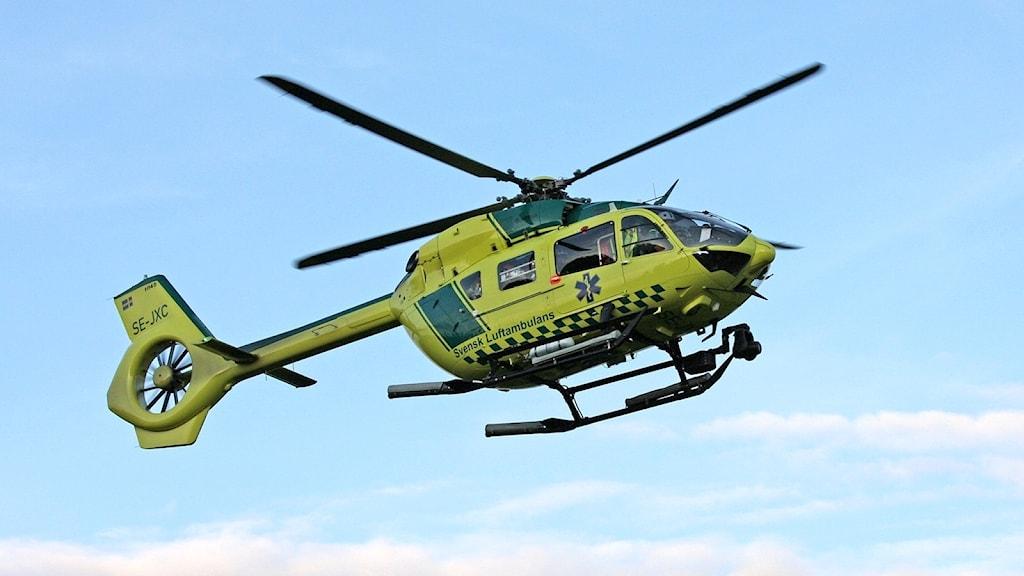 En ambulanshelikopter på väg att landa. Foto: Örjan Bengtzing/Sveriges Radio.
