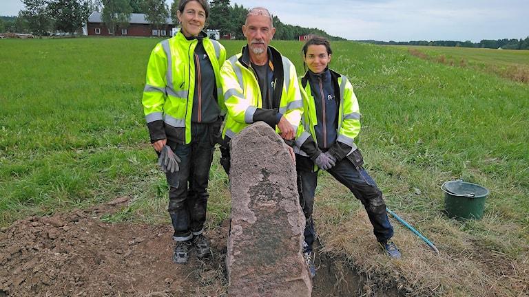 Katarina Ekesubbe murutbildad, Nils Klar stenkonservator, och Lisa Holmgren konservatorassistent.