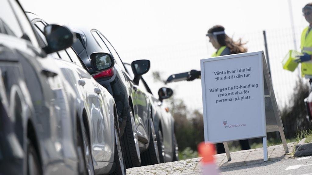 Bilkö med folk som väntar på att få åka fram och hämta ett provtagningspaket.