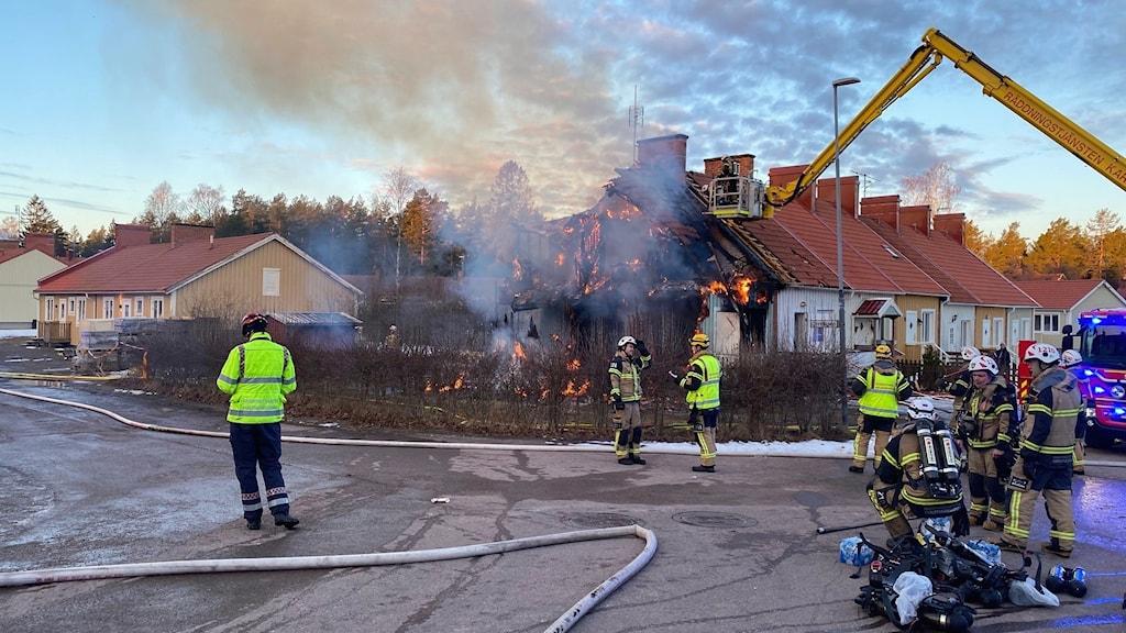 Brand i radhuslänga på gökhöjden utanför Vålberg. Foto: Jonathan Borg/Sveriges Radio.