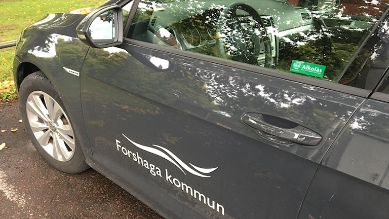 Personbil med Forshaga kommuns logga. Foto: Magnus Hermansson/Sveriges Radio.