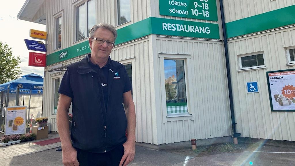 Torbjörn Persson, Nordvärmlands FF står framför butiken. Foto: Aron Eriksson/Sveriges Radio.