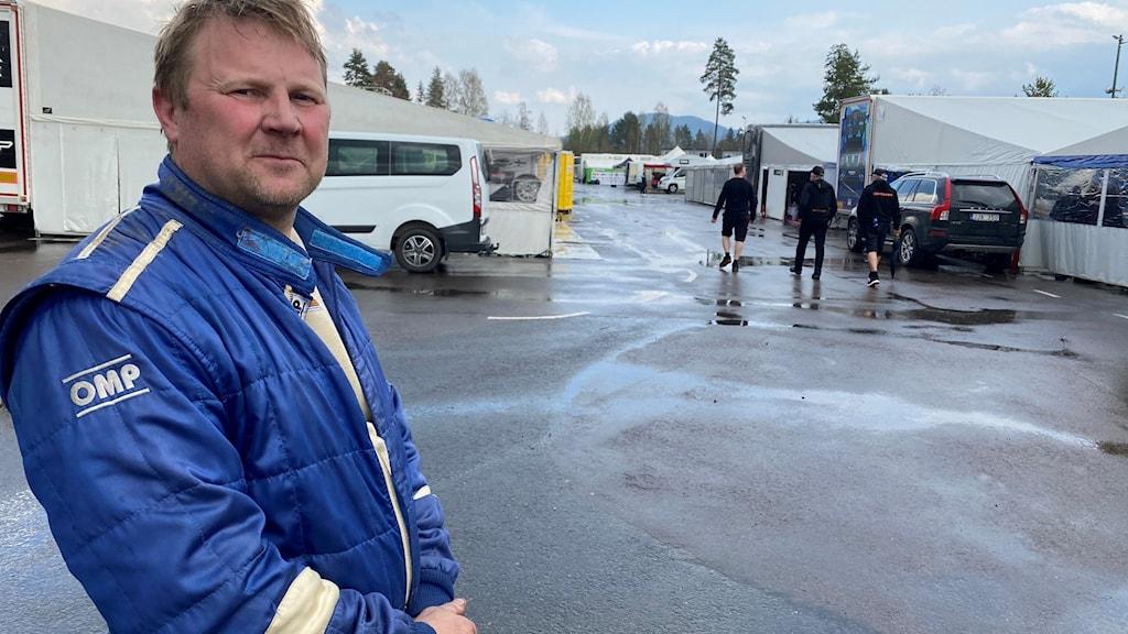 Per Berglund från Torsby, tvåa i 2400 på Rallycross-SM första deltävlingen i Höljes, står framför tält vid tävlingsplatsen.