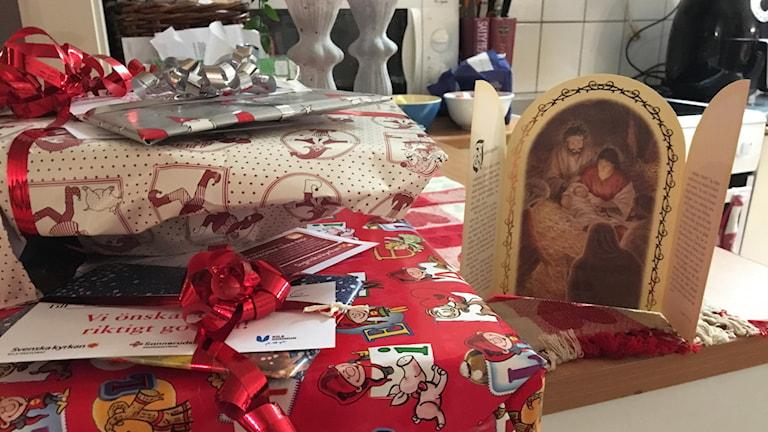 En hög med paket. Foto: Sara Lindroos/Sveriges Radio.