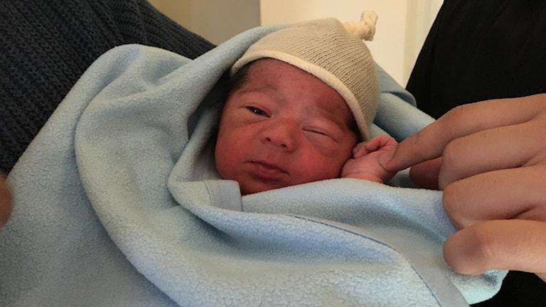 Nyfödde Jad ligger i en filt.
