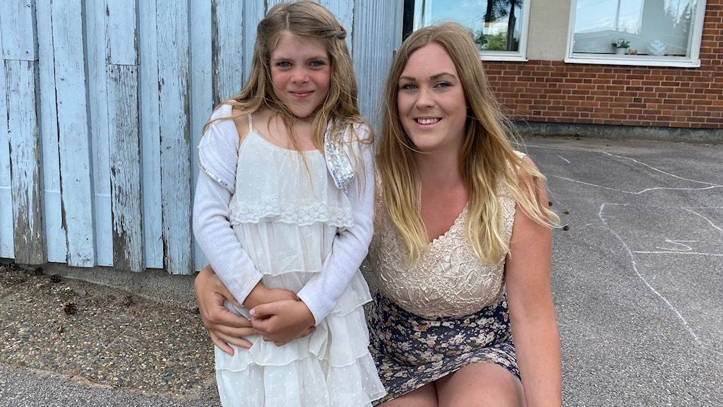 mor och dotter framför skola