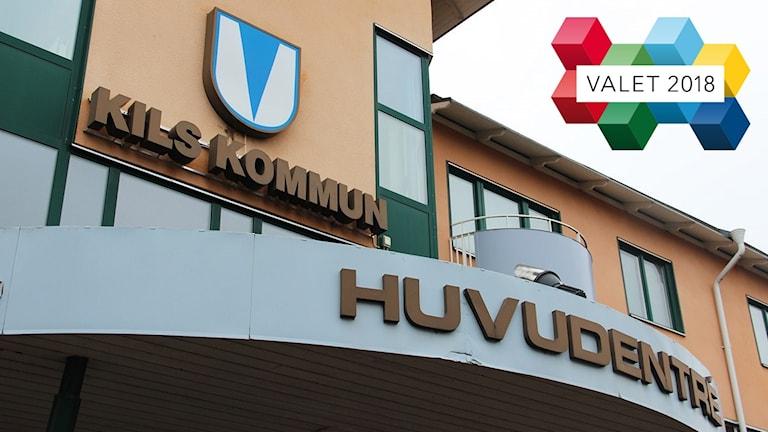 Kommunhuset i Kil och en logotype för Valet 2018. Foto: Sveriges Radio.