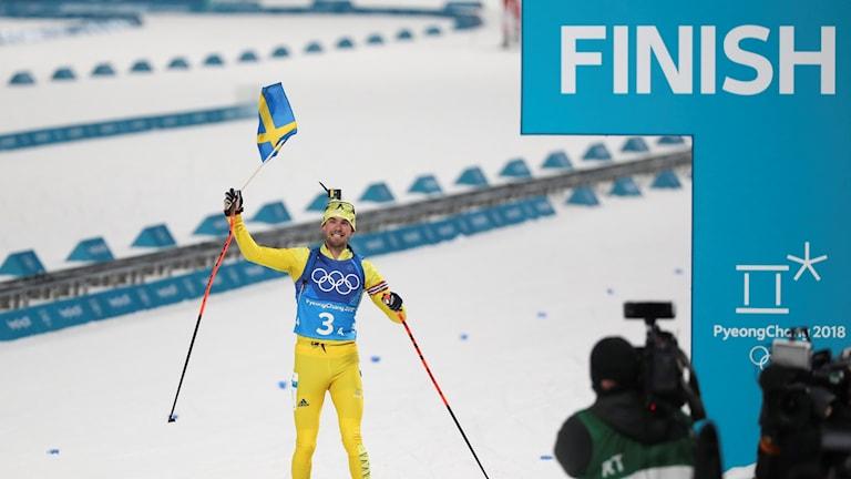 Fredrik Lindström går i mål i stafetten. Foto: Andreas Hillergren/TT.