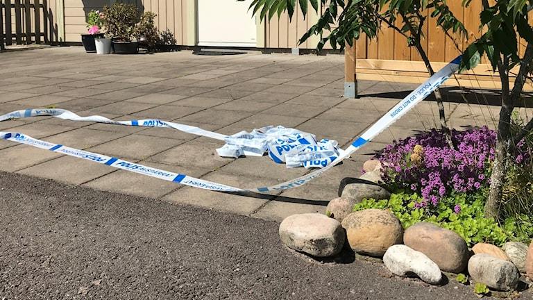 Polisens avspärrningsband utanför en fastighet. Foto: Annika Ström/Sveriges Radio.