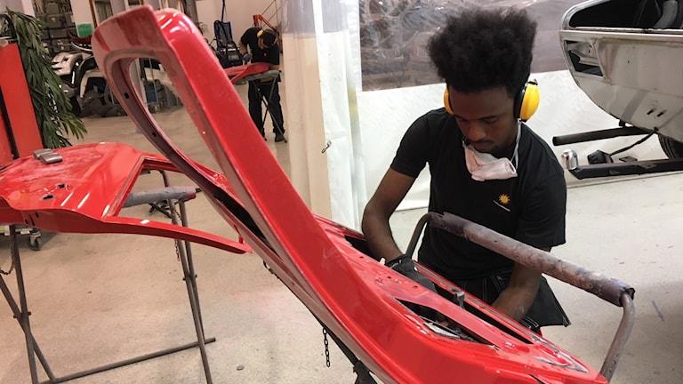 Moaz Drär, en av de nyanlända eleverna på karosseri och lackering på Nobelgymnasiet i Karlstad.