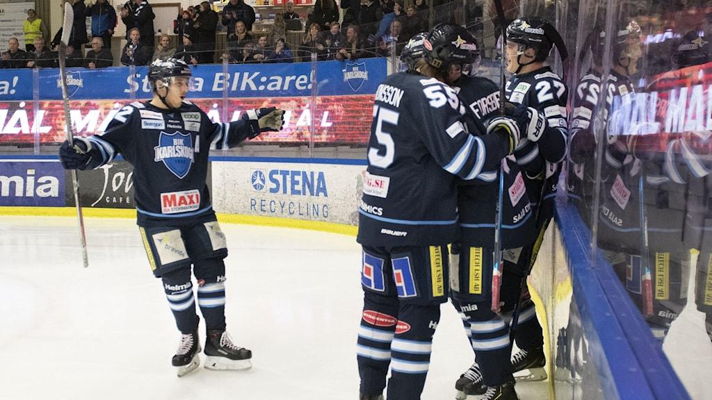 Bik Jubel flera spelare kramar varandra efter mål