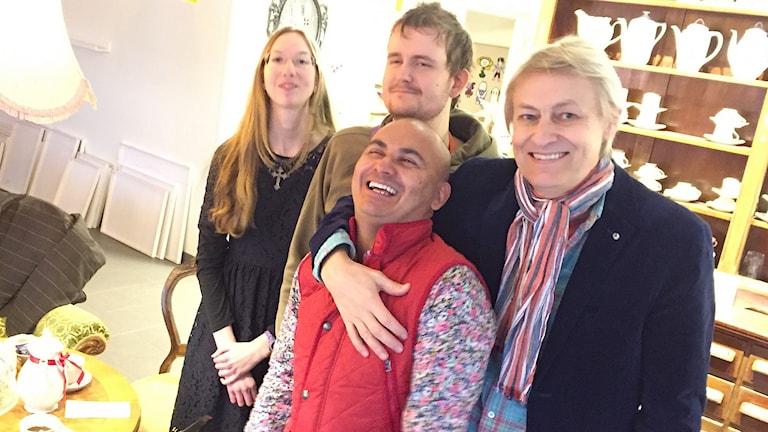 Foto av Janni Littorin och James Andersson och Junior och Lars Lerin. De ser glada ut.