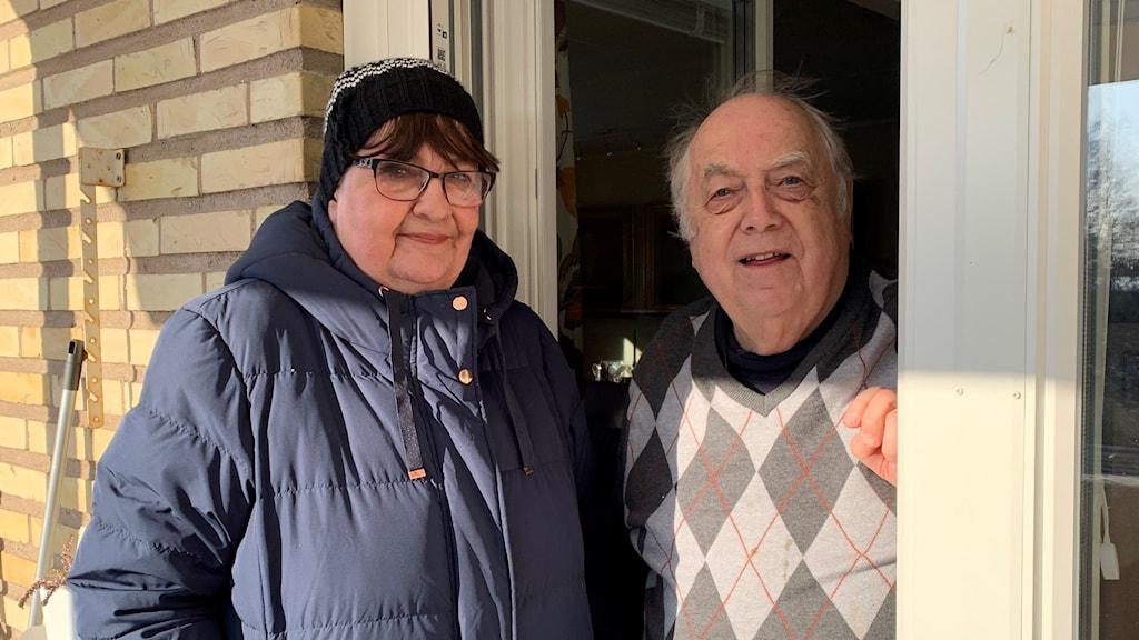 Eva och Bengt Kjellberg stående i dörröppningen till sitt hem. Foto: Victoria Svärd Karlsson/Sveriges Radio.