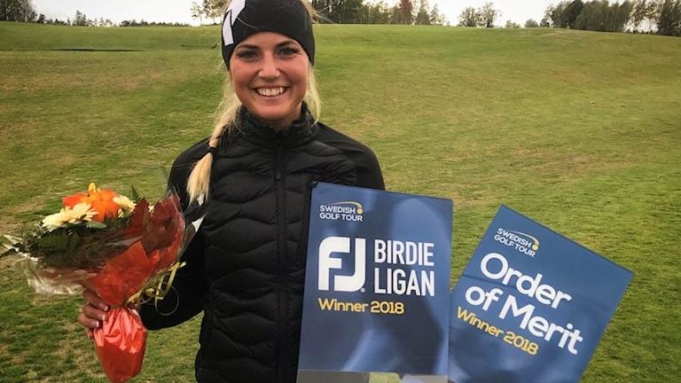 Filippa Möörk med blommor och priser efter totalvinsten på Swedish Golf Tour