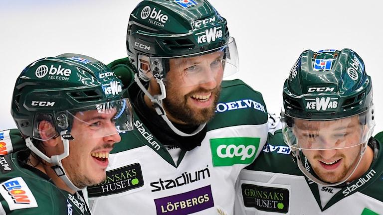 Färjestads Dick Axelsson grattas efter 2-4 målet under lördagens ishockeymatch i SHL mellan HV71 och Färjestad BK på Kinnarps Arena.