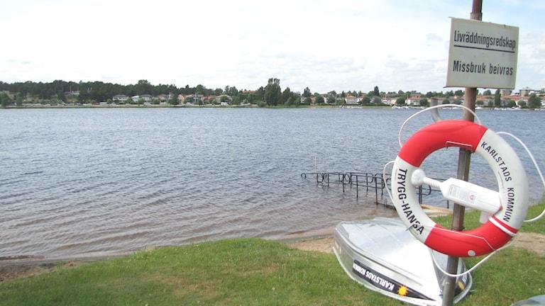 Livräddningsutrustning på Orrholmens badplats i Karlstad. Foto: Magnus Hermansson/Sveriges Radio.