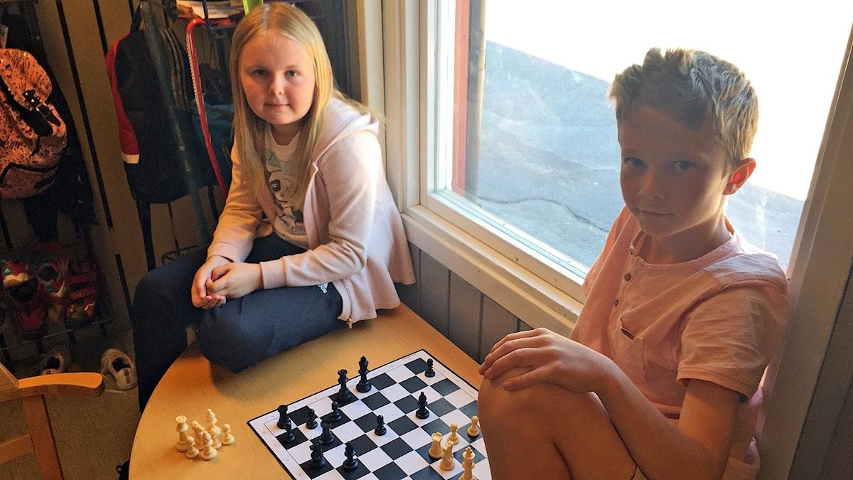 Alva och Elias deltar i Schackfyran på Vallargärdets skola