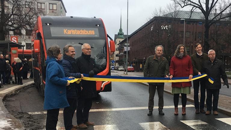 Politiker eliten håller i invigningsbandet där den nya snabbusslinjen i Karlstad ska åka igenom.
