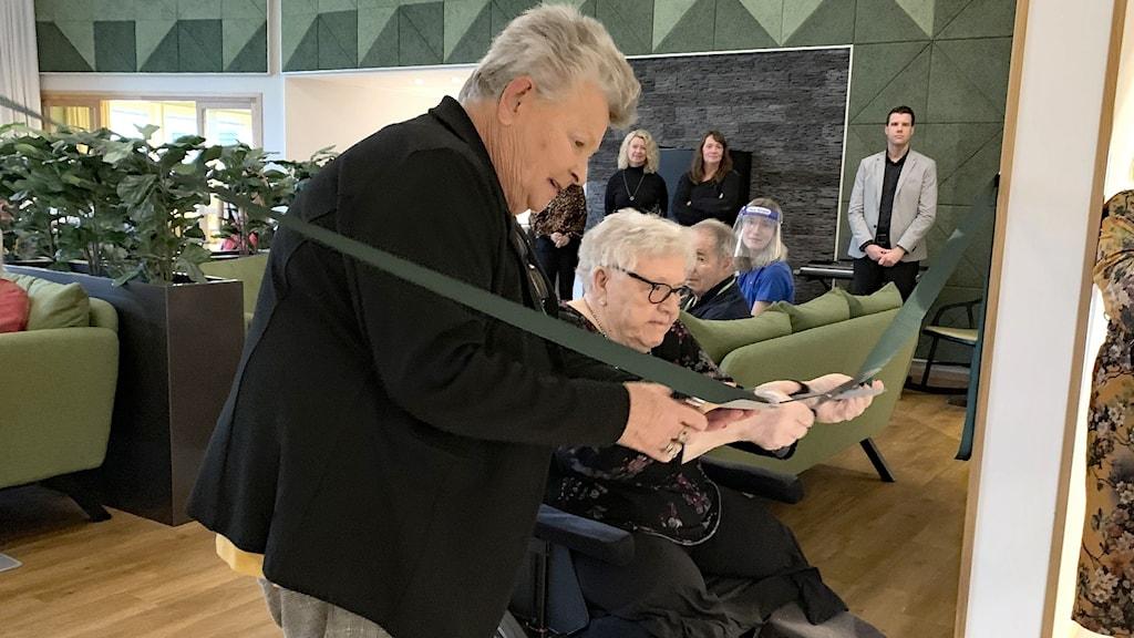 Margareta Ivarsson (C) och Ulla-Britt Jonsson klipper ett band. Foto: Jonas Berglund/Sveriges Radio.