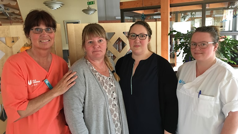 Fyra damer i lunchrummet på ett äldreboende.