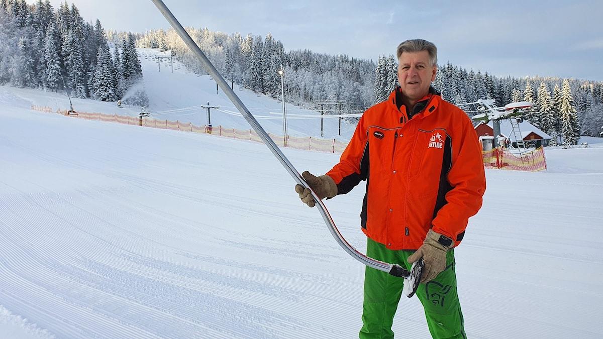Ski Sunnes vd Curt Rudin vid en av skidanläggningens liftar. Foto: Aron Eriksson/Sveriges Radio.