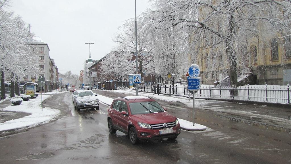 Bilar kör i centrala Karlstad, en snöig dag. Foto: Magnus Hermansson/Sveriges Radio.