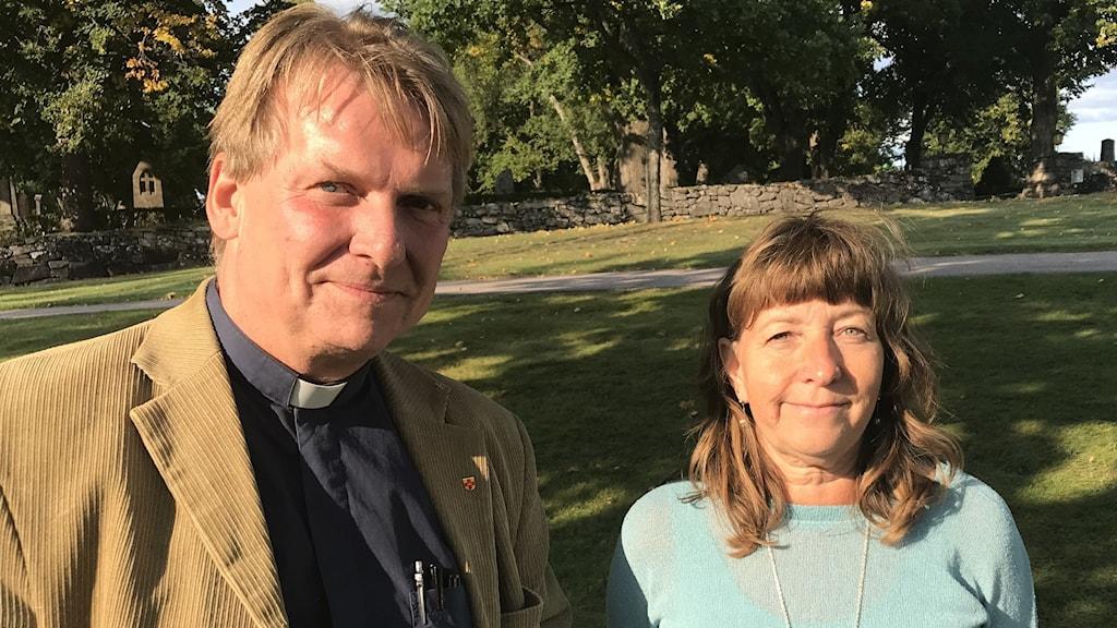 En manlig präst och en kvinna. Foto: Per Larsson /Sveriges Radio.