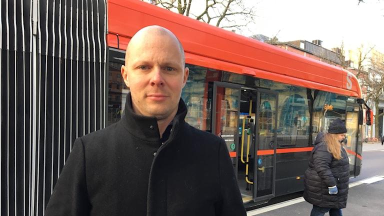 Man framför buss