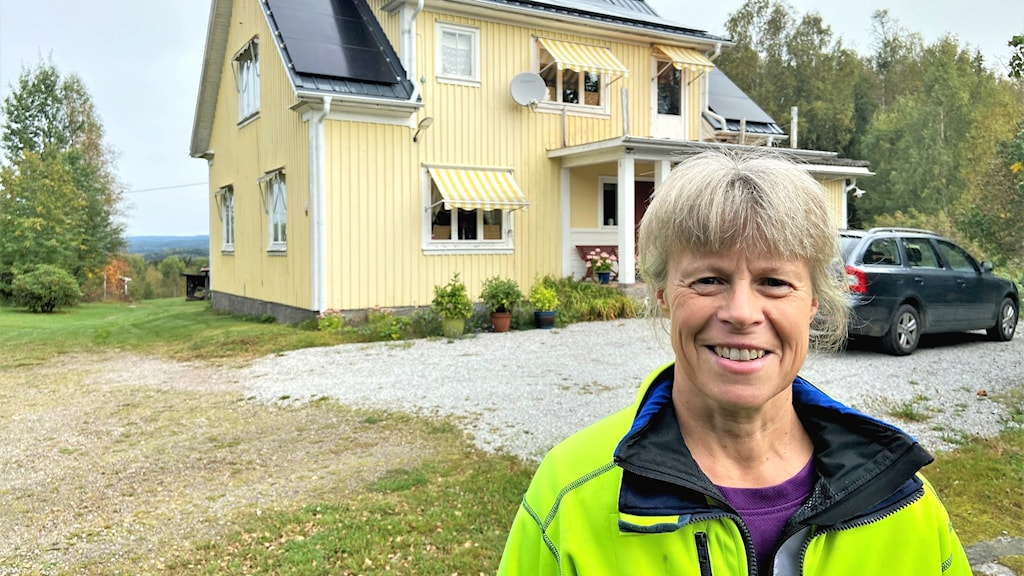 En kvinna framför ett hus med solceller. Foto: Per Larsson/Sveriges radio