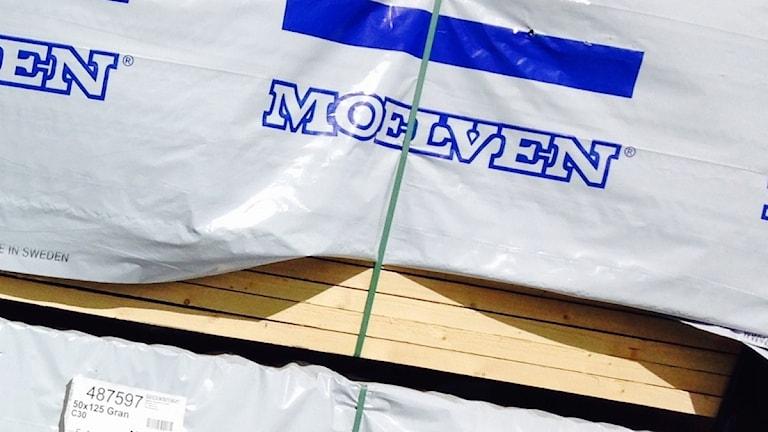 Moelvens logotype på plasten kring en bunt sågat virke. Foto: Sveriges Radio.