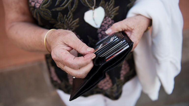 Betalkort i plånbok.