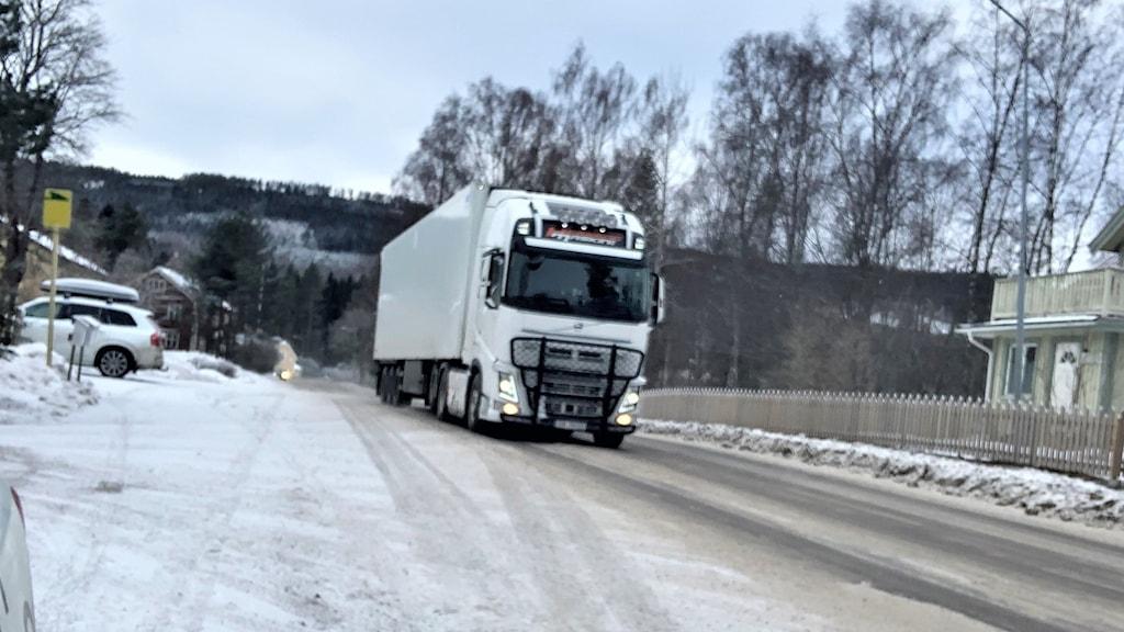 En lastbil på en liten väg i Gunnarskog.