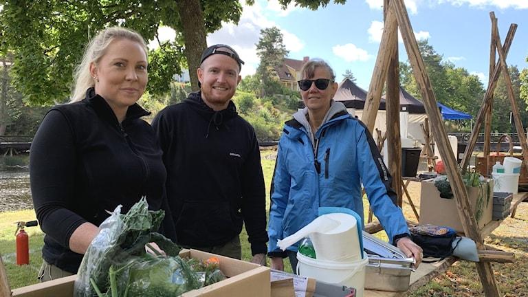 Team Arvika visar upp ingredienserna till sitt bidrag i SM-deltävlingen av utomhusmatlagning.