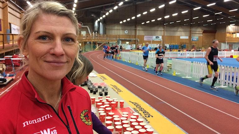 Linda take från IF Göta servar med energitillskott under Karlstad 6-Timmars