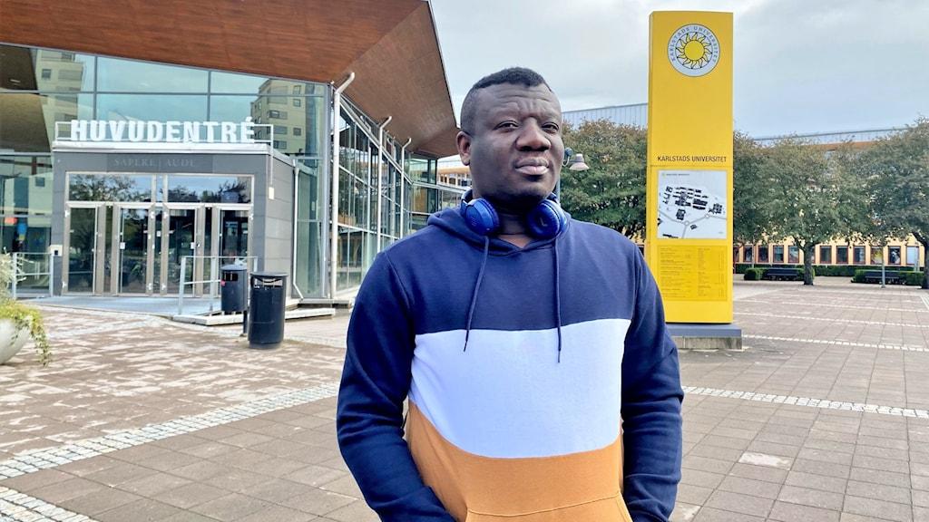 En man framför huvudentrén till Karlstads universitet. Foto: Frida Granström/Sveriges radio