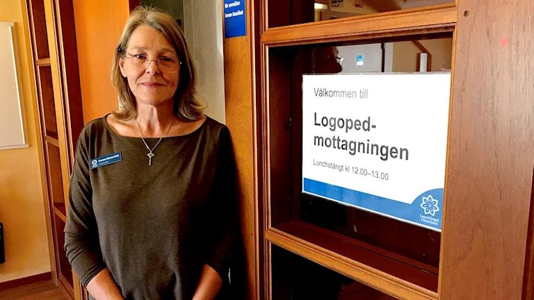 sanna wennerfeldt chef för logopedmottagningen i Värmland. Hon har glasögon på sig.