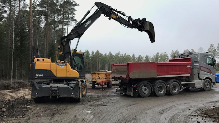 Grävskopa och lastbil