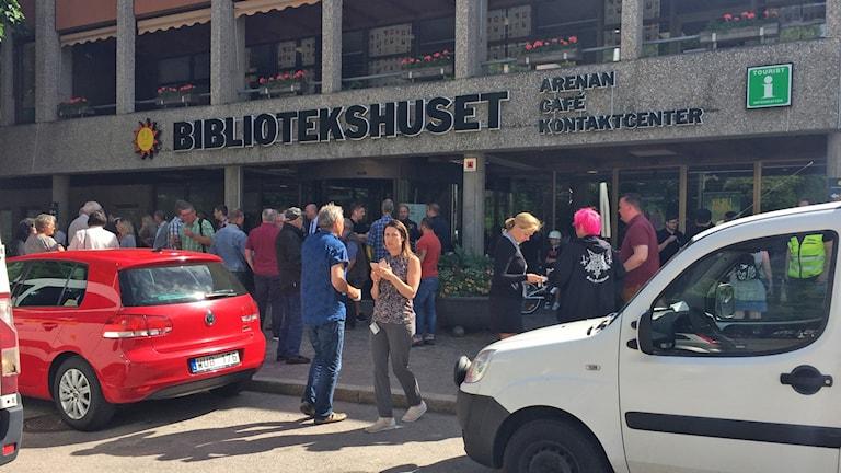 Folk utanför bibliotekshuset i karlstad. Foto: Jonas Hansson/Sveriges Radio.