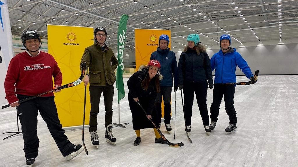 sex personer i skridskor på en bandy-is. Foto: Annika Ström/Sveriges Radio