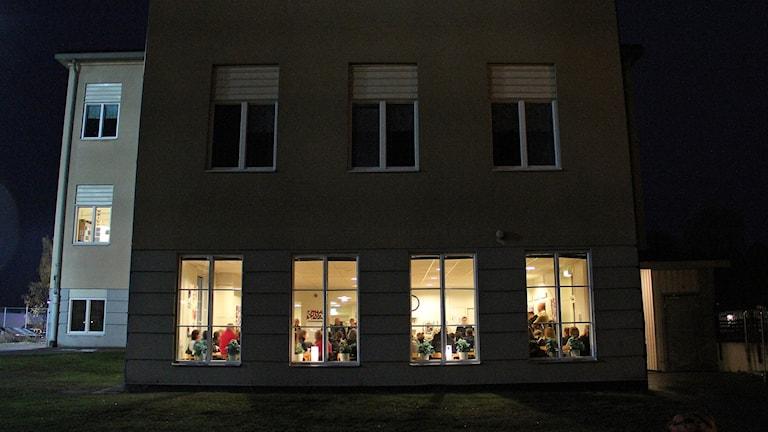 En byggnad där det lyser i en lokal full med människor. Foto: Lars-Gunnar Olsson/Sveriges Radio.