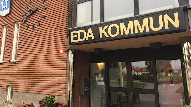 Entrén till kommunhuset i Eda. Foto: Tomas Hedman/Sveriges Radio.