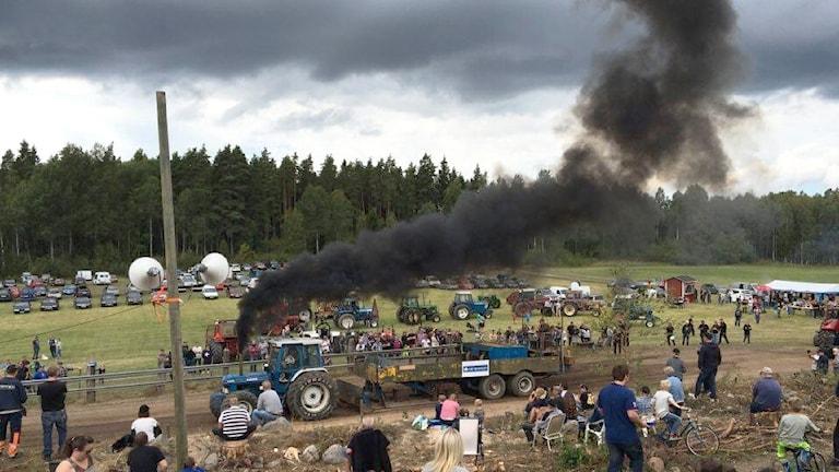 En traktor som drar ett ekipage. Foto: Rudskoga