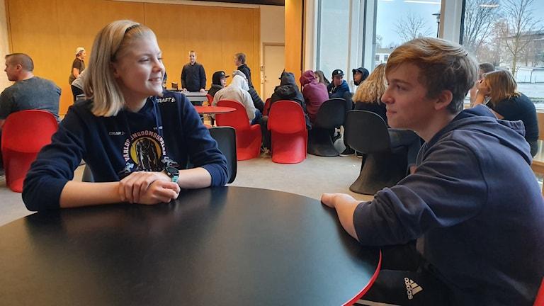 Bea Johannesson och Link Spets går i nian på Fryxellska skolan i Sunne.