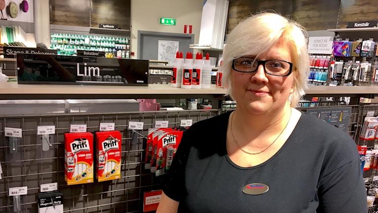 Judy Carlsson på Panduro försöker få kunderna köpa glycerol istället för lim till slajmet.