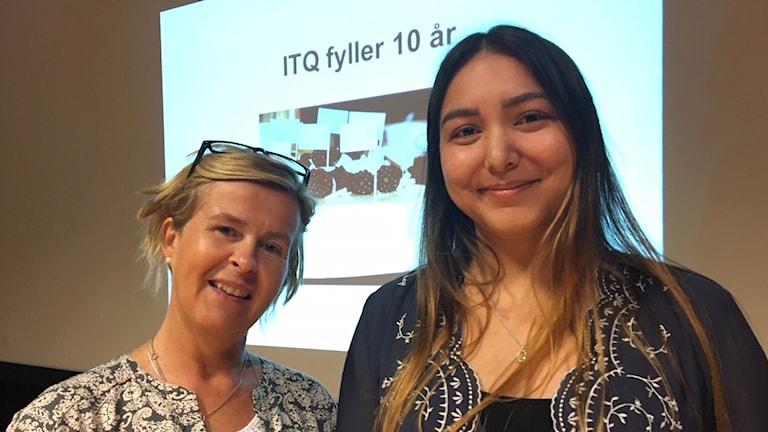 två kvinnor på konferens
