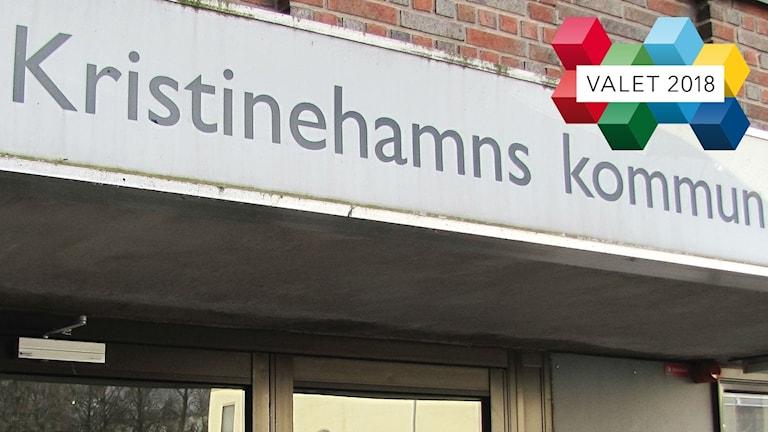 Entre till kommunhuset i Kristinehamn plus en logotype för valet 2018. Foto: Sveriges Radio.